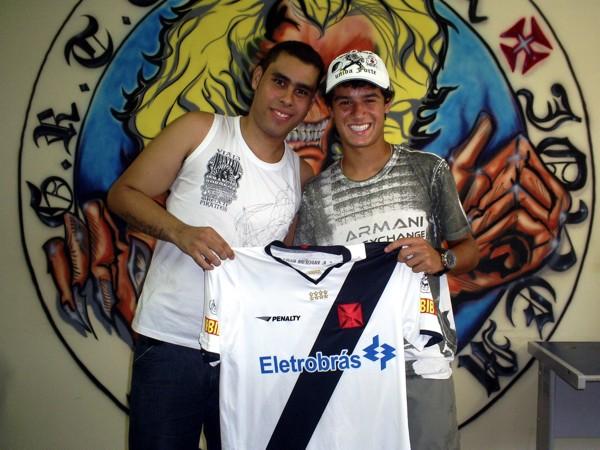 7ae744d58c NETVASCO - 13 02 2010 - SÁB - 04 41 - P. Coutinho visita sede da FJV e entrega  camisa a vencedor de promoção