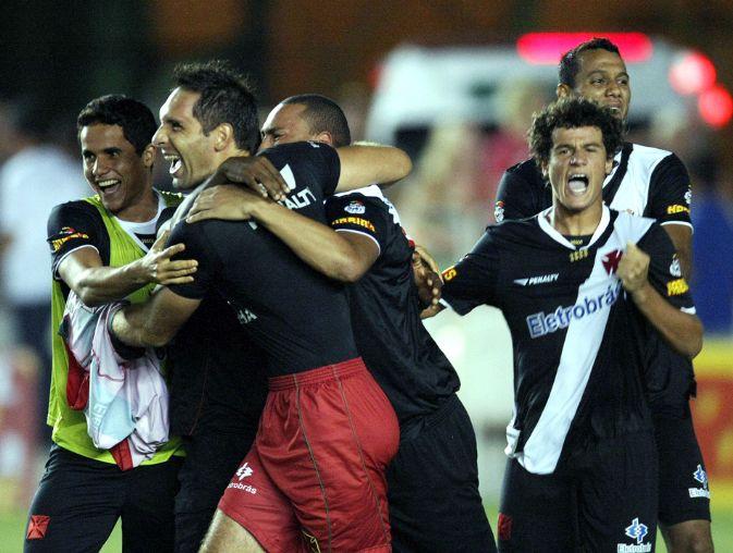 http://www.netvasco.com.br/news/noticias15/arquivos/images/20100213/60-20100213-jogadores-comemoram.JPG