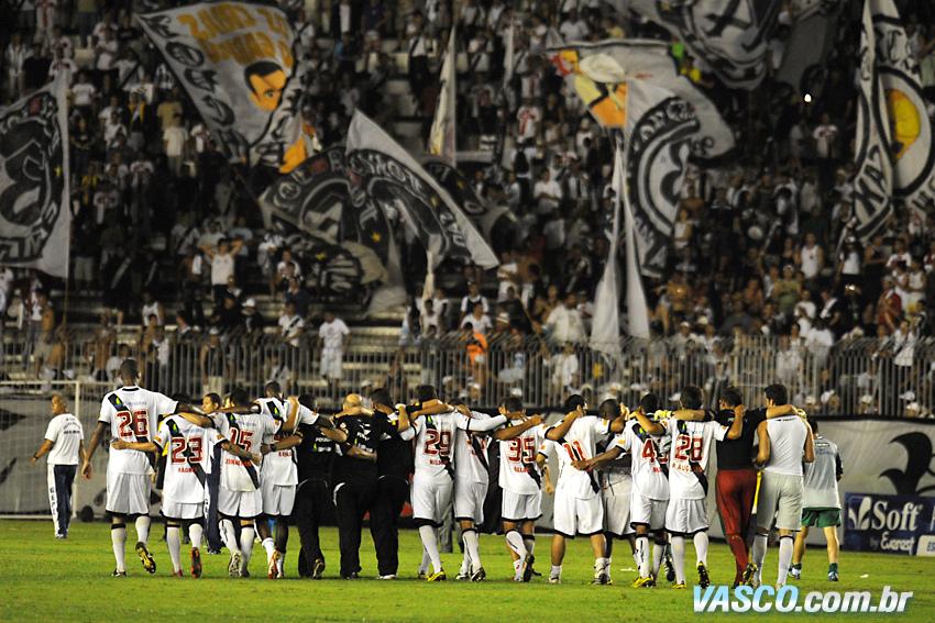 http://www.netvasco.com.br/news/noticias16/arquivos/20101002-0146-12-time-do-vasco-agradece-apoio-da-torcida.jpg