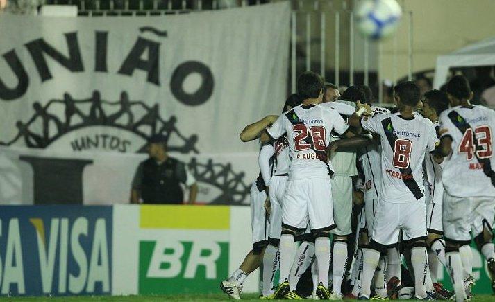 http://www.netvasco.com.br/news/noticias16/arquivos/20101002-0146-6-jogadores-comemoram-gol-de-ze-roberto.jpg