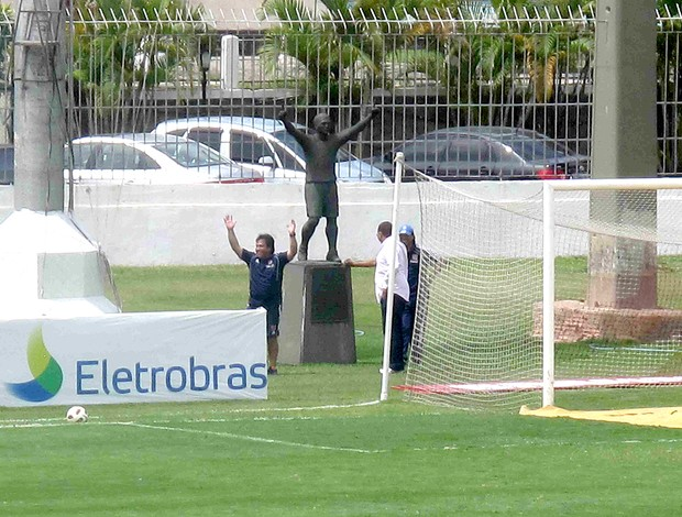 NETVASCO - Chilenos reconheceram gramado e tietaram estátua de Romário 2498f3400b2e8