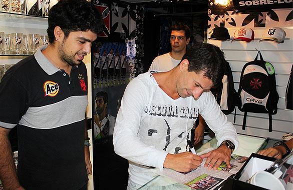 Pedrinho visitou a loja oficial da Tijuca nesta quinta-feira - NETVASCO b0a107101f456