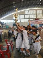 Índio segurando a Taça de mais um título no Futsal