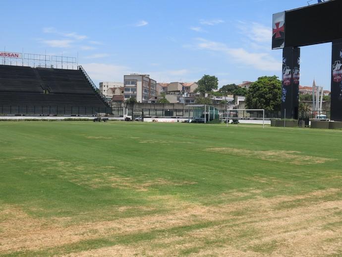 Gramado de São Januário ainda apresenta muitas falhas a 11 dias da estreia  do Vasco e0b6ad5230d41