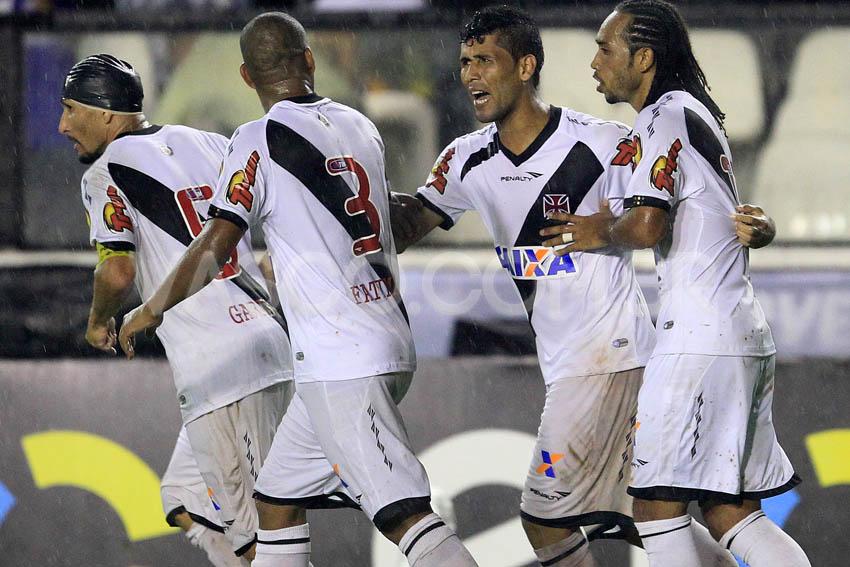 Jogadores comemoram gol de Marlon