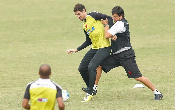 dd2cb90976cad Martín disputa a bola com o técnico Adilson Batista em um recreativo em São  Januário  feliz no Vasco e aliviado pela melhora da filha Pilar