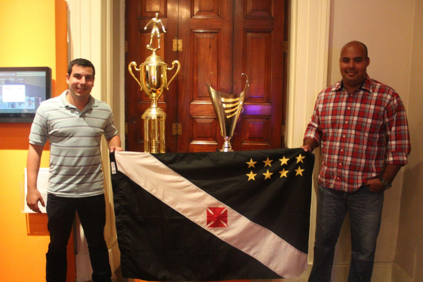 Paulo Neves e Mario Alexander ao lado das Taças do Estadual sub-20 e da  Ibercup a71d832696b8f