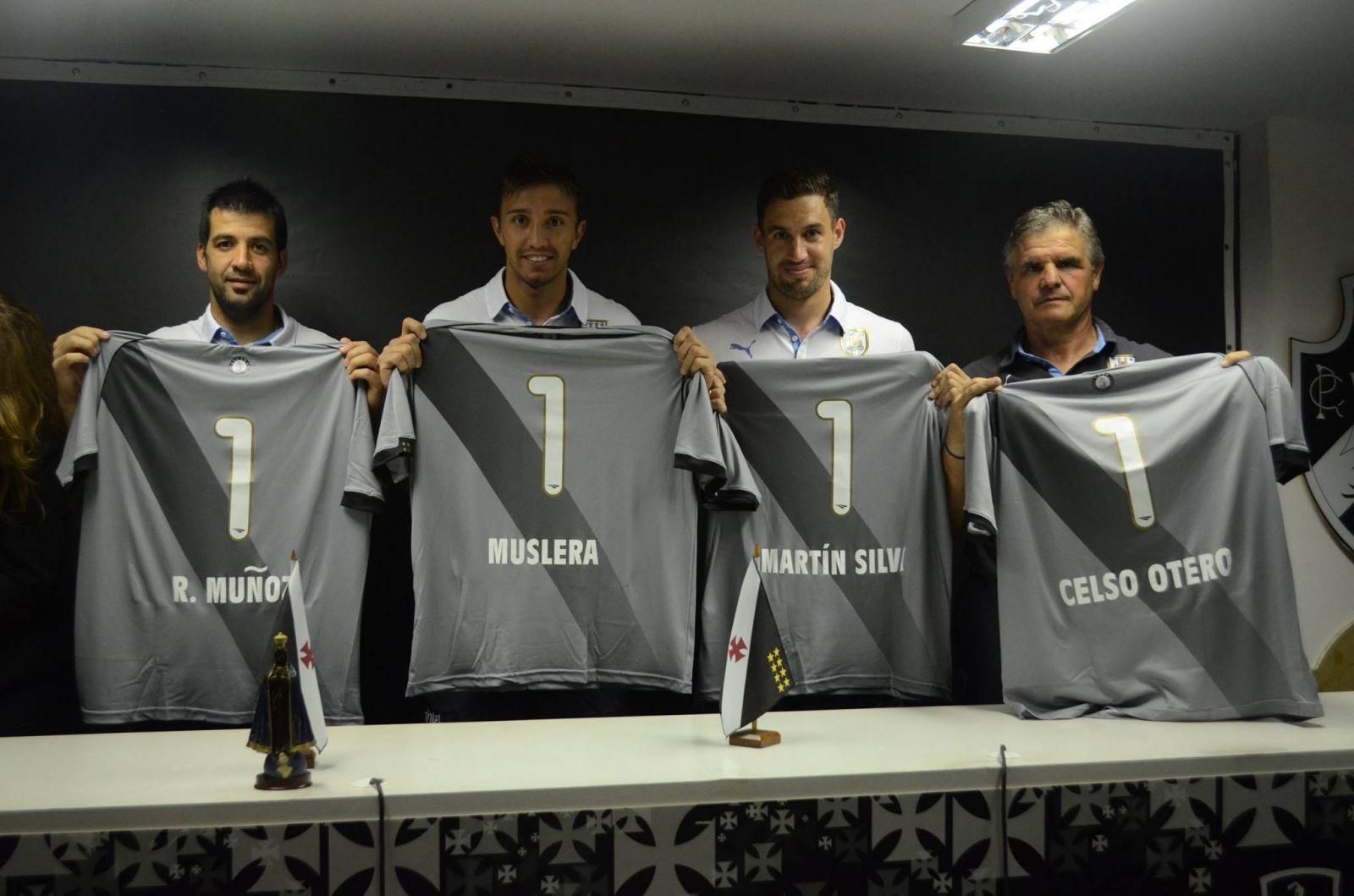 b5f31fd490795 Martín Silva ao lado dos companheiros de Uruguai. James Rodrigues recebeu  camisa do Vasco ...