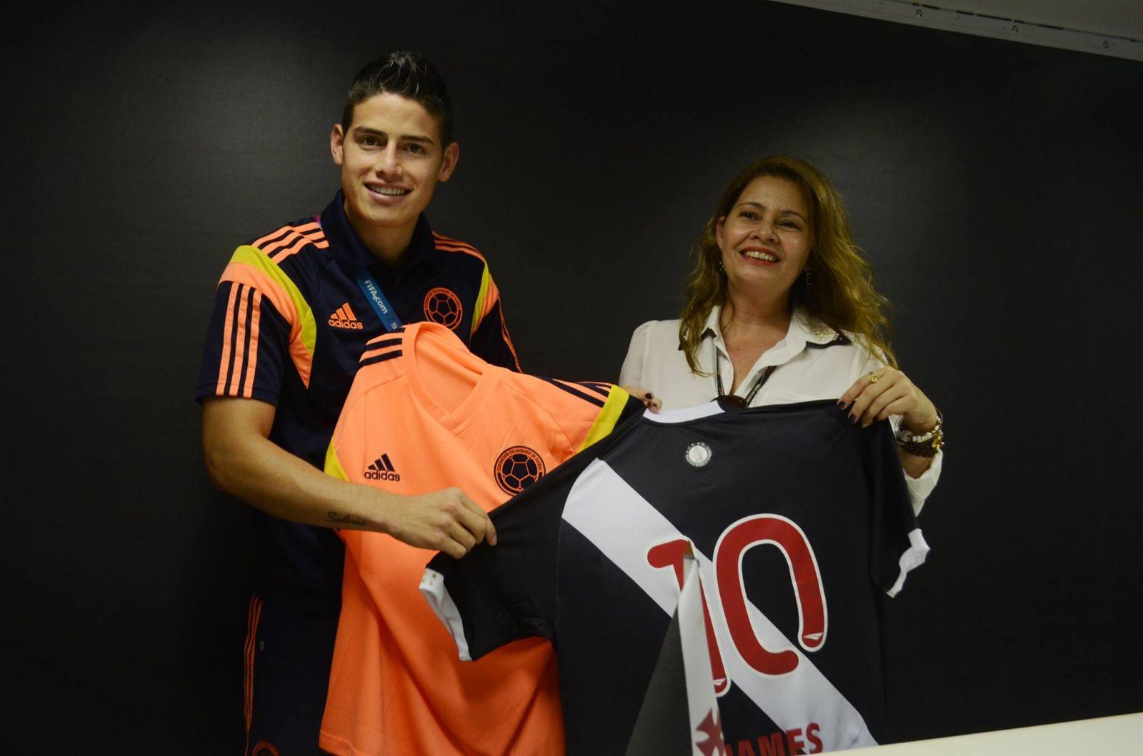 c446d8b500349 Jogadores de Colômbia e Uruguai foram presenteados com camisas do ...