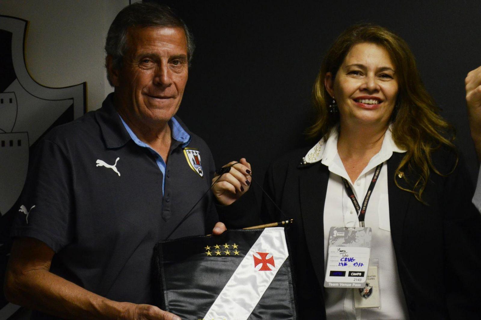 b942eeaaf2093 Jogadores de Colômbia e Uruguai foram presenteados com camisas do ...