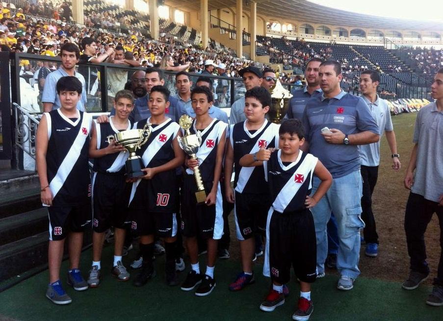 Equipes pré-mirim e adulta do Vasco posam para foto antes da volta olímpica  em São Januário. 84a883962927b
