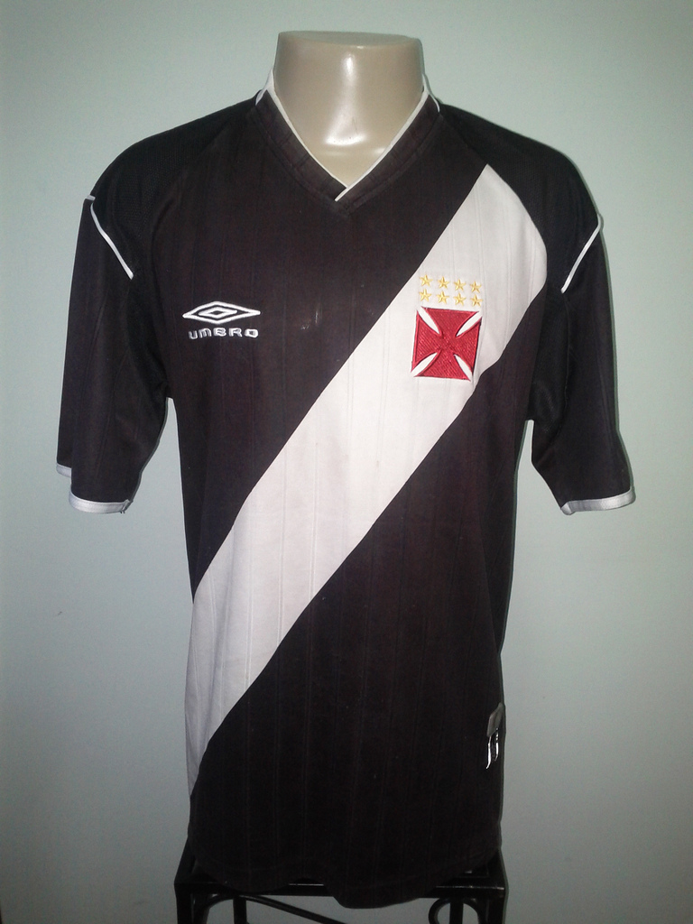 7c563597d5678 Depois da VG, ainda no ano de 2002, a inglesa Umbro veio para ser a nova  fornecedora de material esportivo do Vasco. A primeira camisa foi bem  acertada, ...