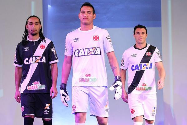 Everton Costa, Gabriel Félix e Kleber apresentam os novos uniformes do Vasco