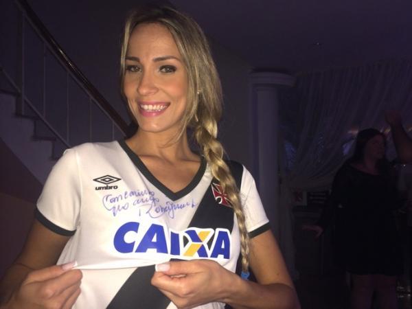 Modelo comemora autógrafo de Dinamite em sua nova camisa feminina do Vasco
