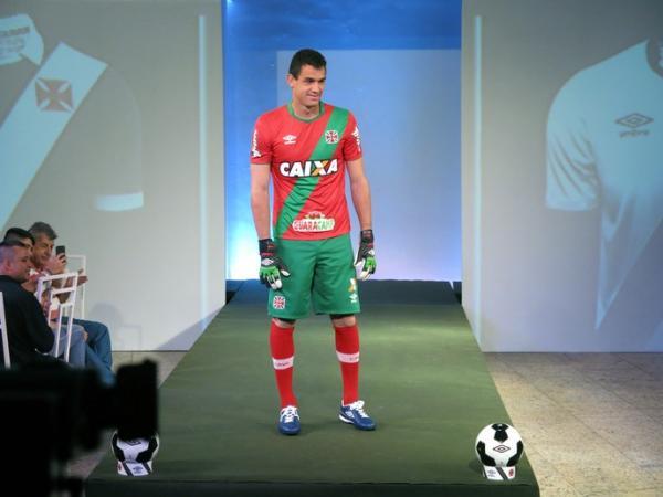 Goleiro Rafael Copetti mostra o uniforme 2 de goleiro em referência a Portugal