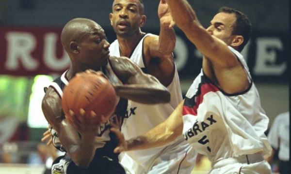 Charles Byrd, do Vasco, domina a bola diante de dois marcadores. Ideia é que o veterano, símbolo da campanha de reforma do ginásio, possa disputar partidas pelo time de São Januário
