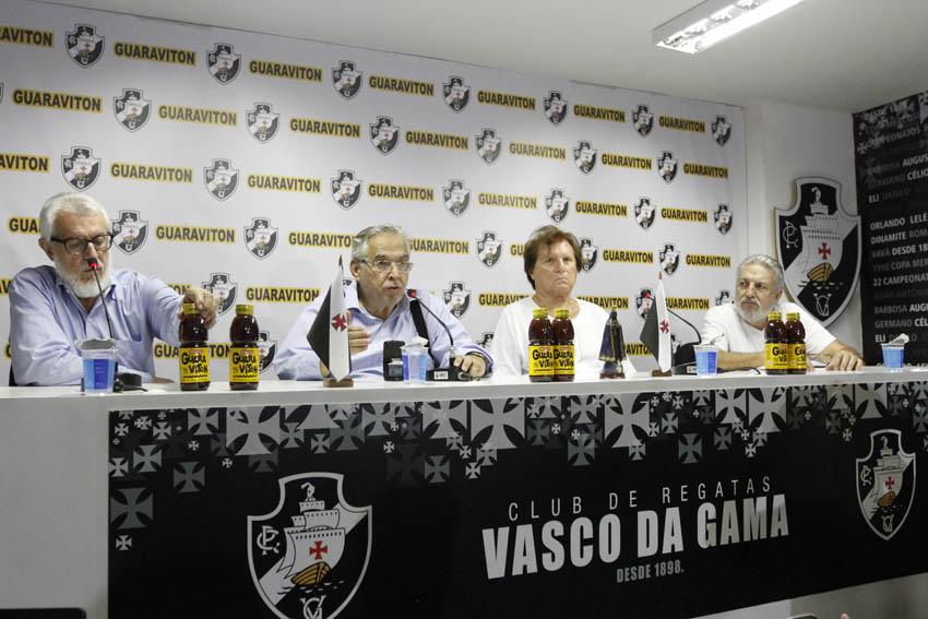7149640df6 Veja fotos da apresentação da camisa vascaína com o patrocínio da Guaraviton  - NETVASCO