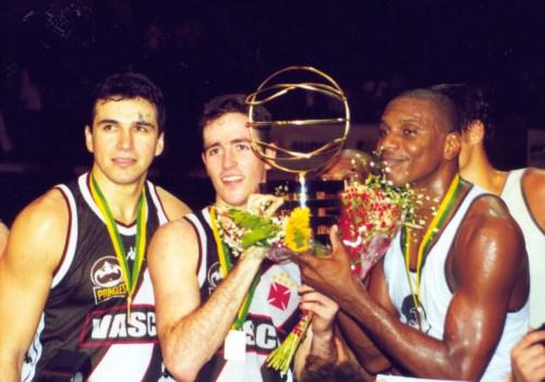 c11faf1751 Demétrius (no meio) com o troféu de campeão brasileiro em 2000