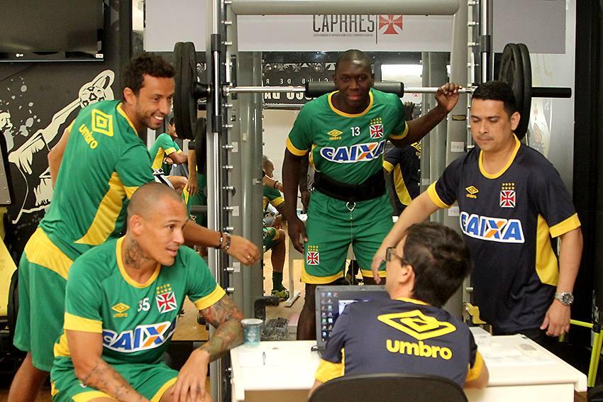 Veja foto de Nenê já com uniforme de treino conversando com seus  companheiros de Vasco - NETVASCO 7bef8ee771230