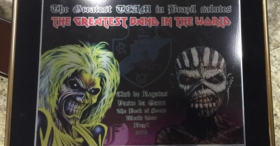 Placa ao Iron Maiden com a frase em inglês  o maior time do Brasil saúda a  maior banda do mundo  · Torcedores do Vasco junto ao baixista Steve Harris b1ac145583f7f