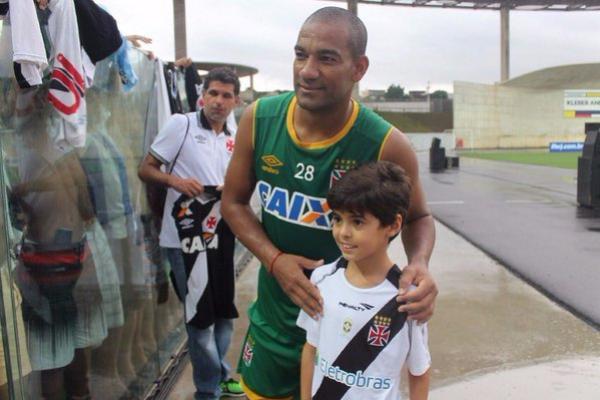 Rodrigo fez a alegria de pequeno vascaíno capixaba após o treino  veja foto  - NETVASCO 3947e08da0900