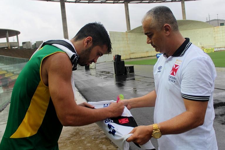 Luan entrega camisa autografada e faz a alegria de jovem torcedor em ... 77f930d75033f