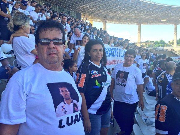 Pais de Luan vão ao estádio com camisa personalizada  veja - NETVASCO cf4c1ba5325d6