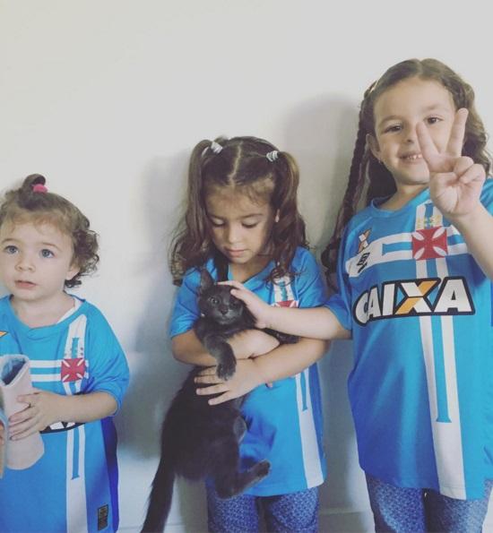 39a5fa7249a56 Martín Silva publica fotos de suas 3 filhas com uniforme do Vasco  acompanhando a final - NETVASCO