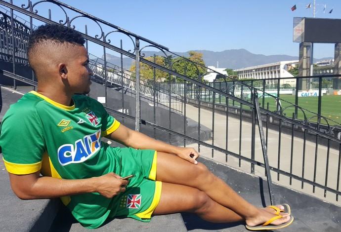 Lateral acompanha treino da equipe profissional do Vasco em São Januário 8eacb2b728b97