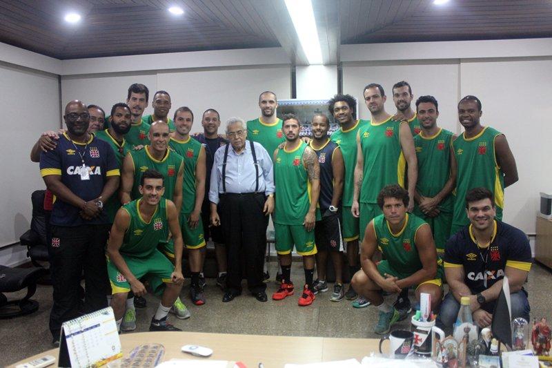 Basquete  Eurico tirou foto com o elenco campeão do Quadrangular de  Fortaleza - NETVASCO fbde150f6244a