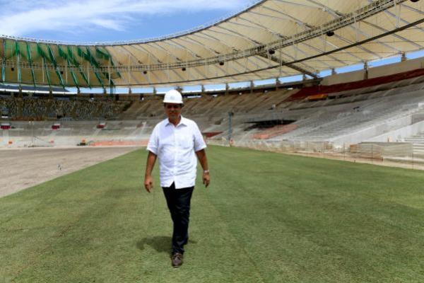 Pezão caminha pelo Maracanã durante a reforma do estádio 9ed733795e289