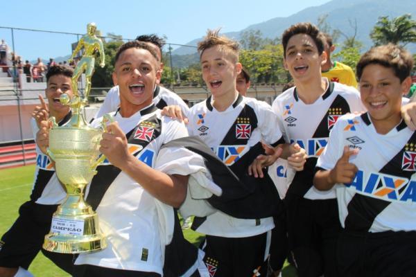 Marlon (e) comanda festa do sub-13 campeão da Taça Guanabara dentro da Gávea