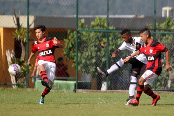 Rayan chuta para marcar contra o Flamengo na final do Metropolitano sub-11
