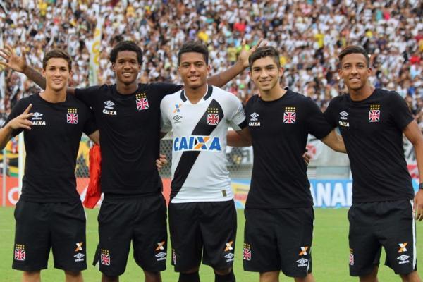 Mateus Vital, Alan Cardoso, Evander, Andrey e Caio Monteiro festejam título no profissional