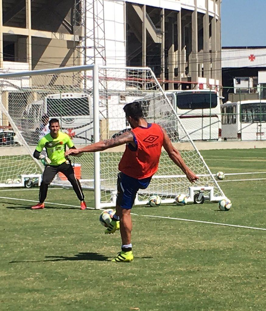 Jogadores realizaram treino técnico na manhã desta 5ª-feira no campo anexo  de São Januário - NETVASCO dd4e94c520609