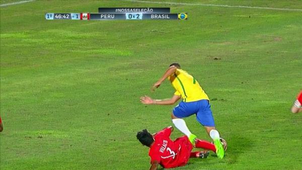 Paulinho sofrendo pênalti