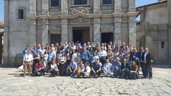 Presidentes de clubes e familiares posam para foto nos Estúdios Globo