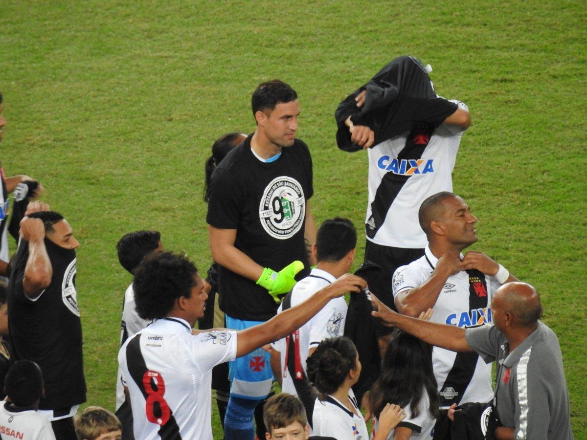 Jogadores do Vasco entraram em campo com camisa em homenagem aos 90 anos de São  Januário  veja - NETVASCO bb78a7bc1d40c