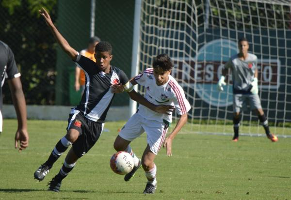 Andrey, do sub-13, disputa a bola com atleta tricolor