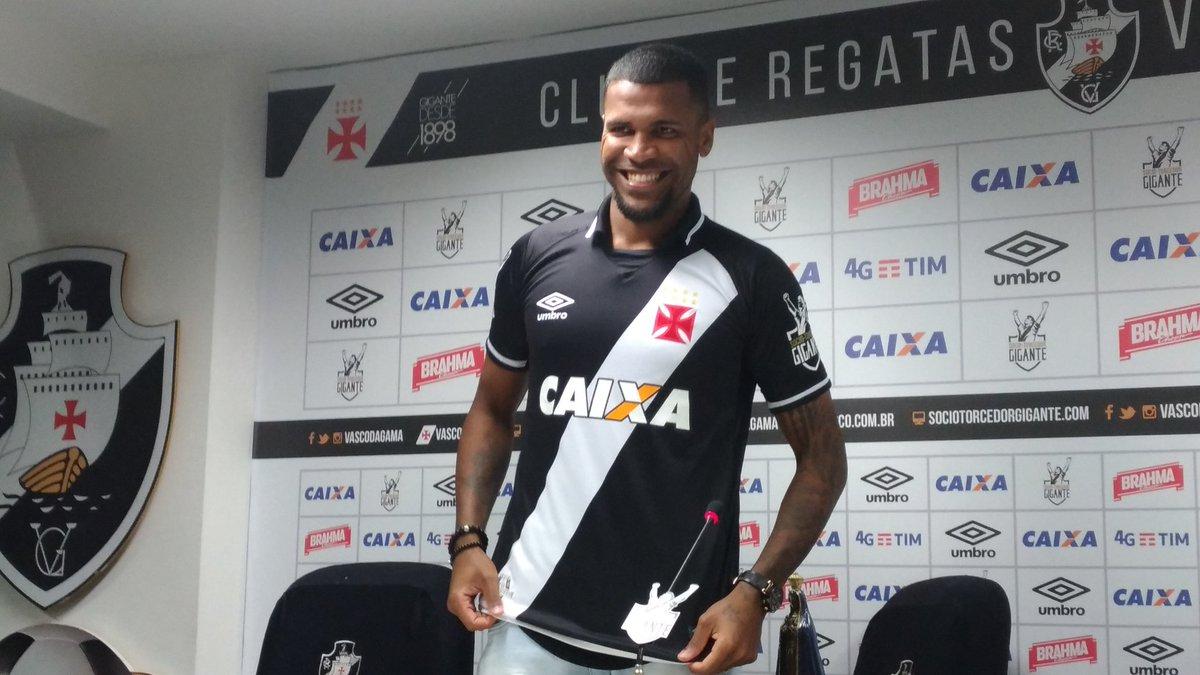 Ao vestir a camisa do Vasco 2d21ee41cc905