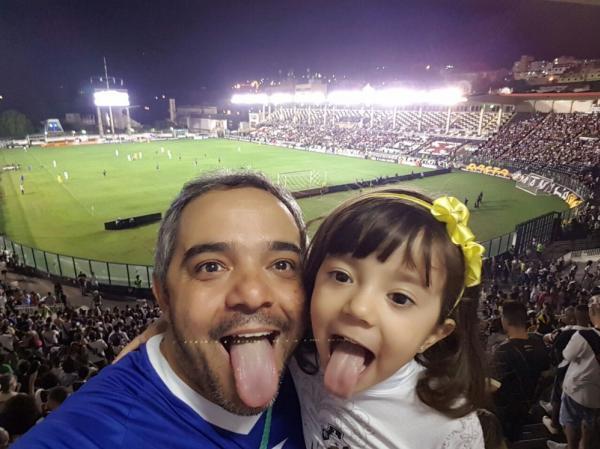 A pequena Amanda ao lado do pai no jogo contra o Avaí