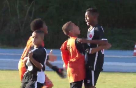 Rayan comemorando gol do Vasco