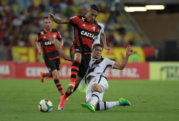 Nomes como Guerrero e Jean mostram contraste entre o investimento de Flamengo e Vasco
