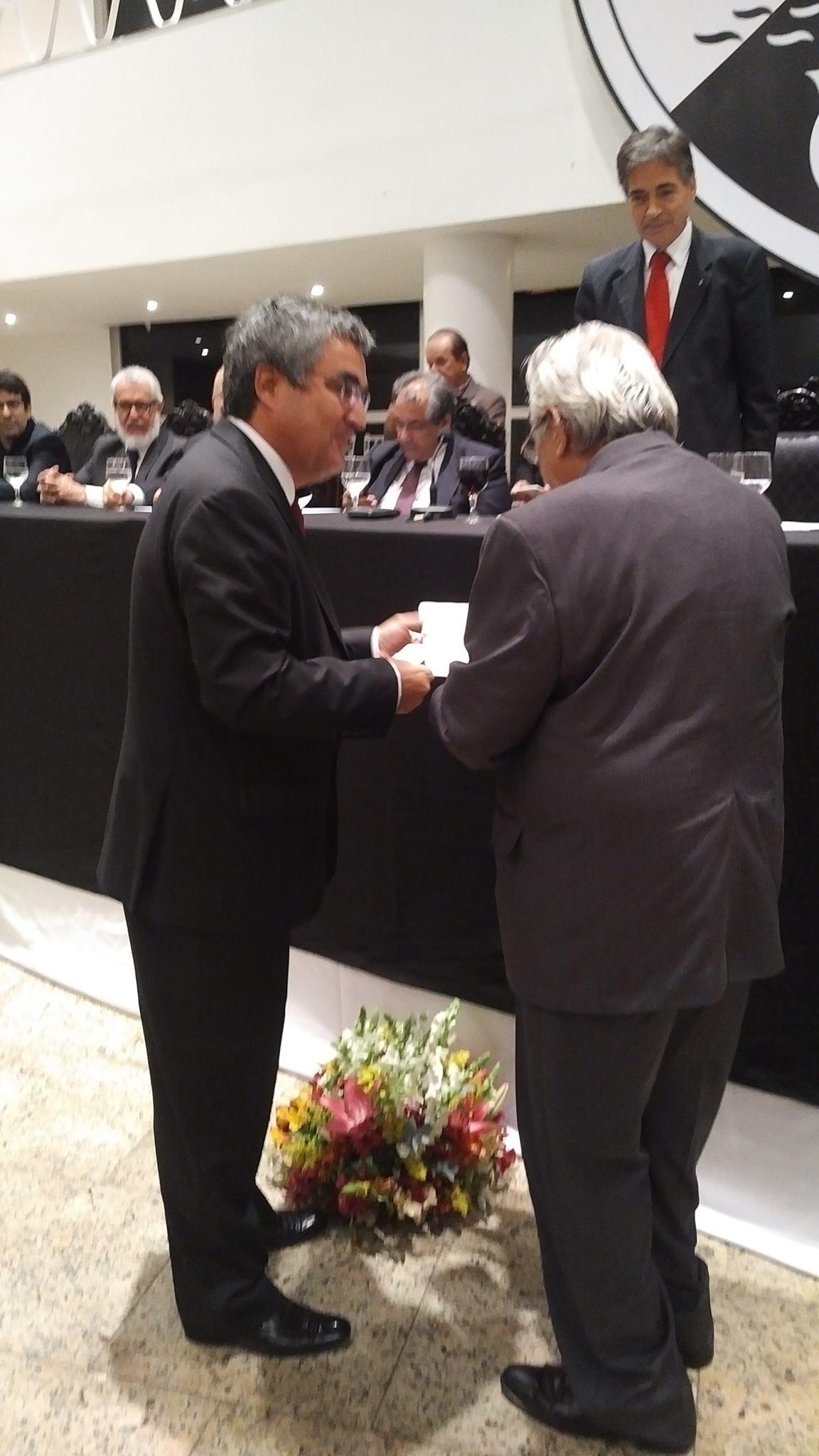 da3788b419 ... nos foi entregue pelo Presidente da Associação Portuguesa dos Autarcas  Monárquicos
