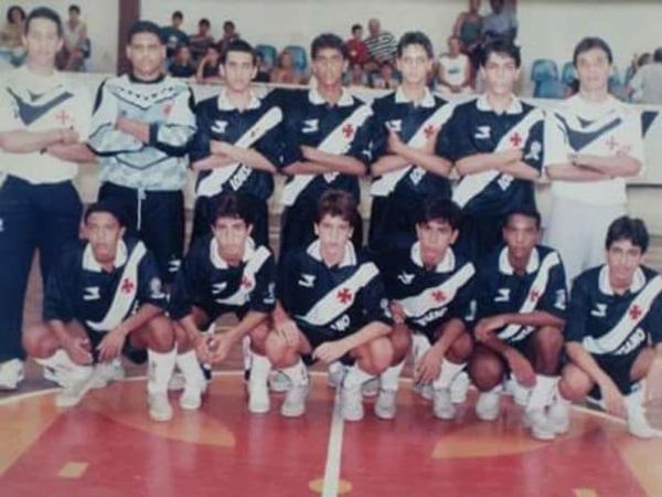 Zé Ricardo (em pé, de camisa branca, o primeiro da direita para esquerda) na época em que trabalhava no futsal do Vasco