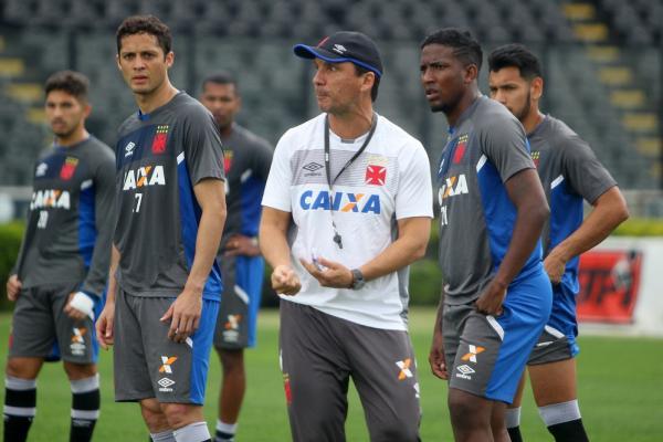 Zé Ricardo orienta jogadores durante treino do Vasco