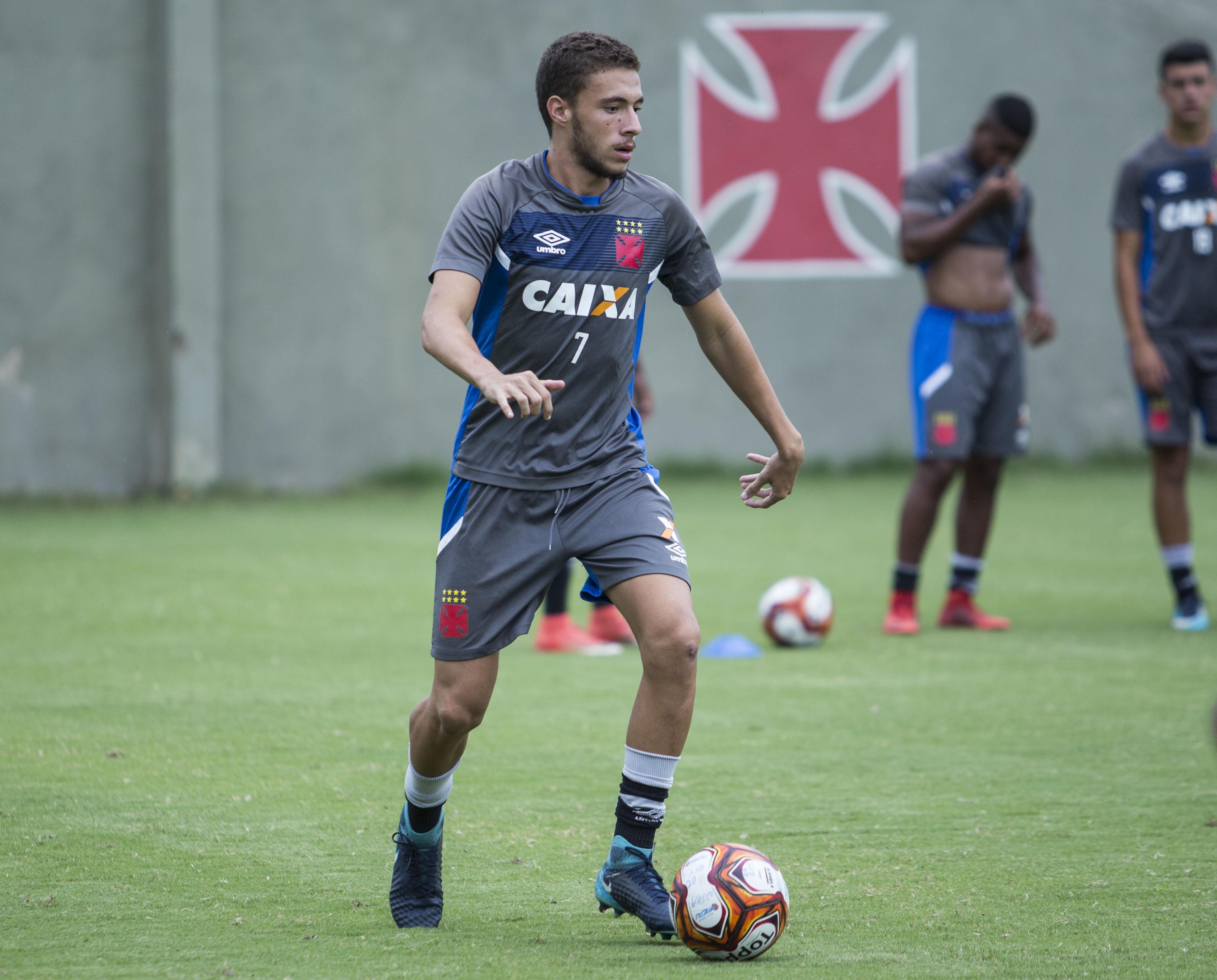 8ba94098c5 Caio Lopes durante o treinamento desta segunda-feira (26 02). Volante sonha  em escrever uma história de sucesso com a camisa do Vasco