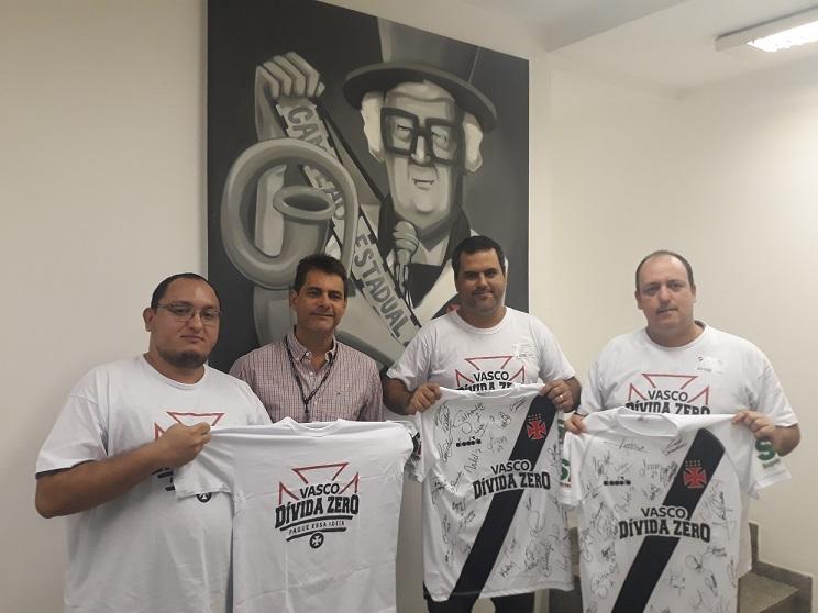 c08975d0c9 Integrantes da campanha recebem as sagradas camisas do Vasco pelas mão do  Diretor Executivo de Marketing sr. Carlos Costa