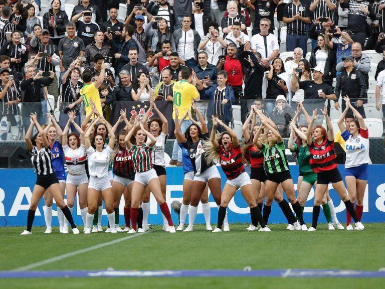 ... notaram que dançarina que representou o Vasco no evento utilizou uma camisa  da Umbro c452a8849d0ec
