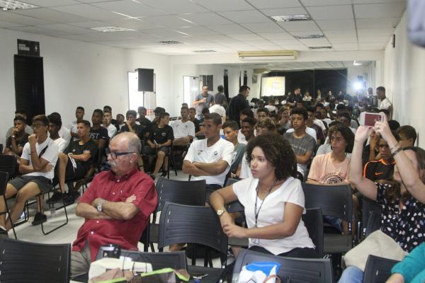 Atletas da base receberam palestras sobre o uso consciente das redes sociais